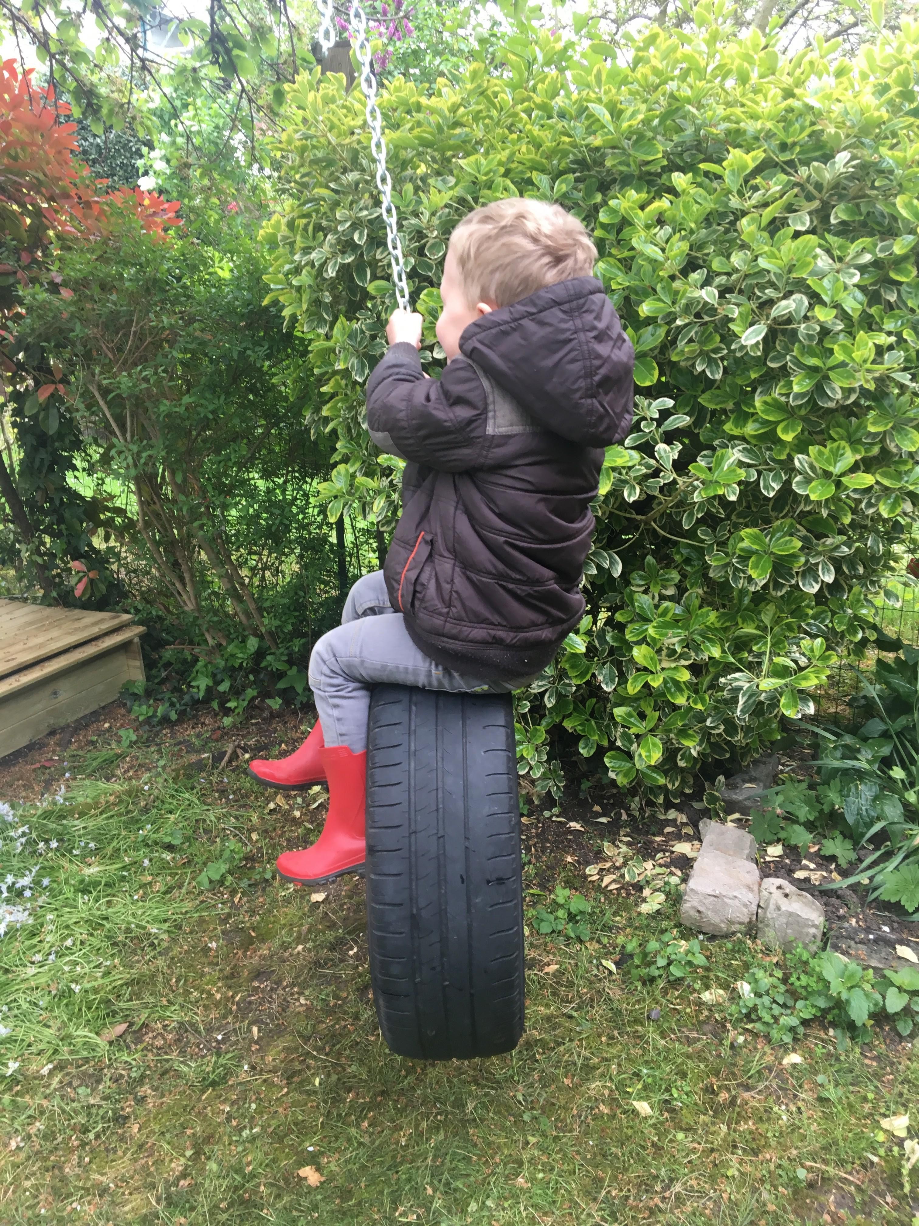 Comment Fixer Une Balançoire À Une Branche D Arbre diy - fabriquer une balançoire avec un pneu - une araignée